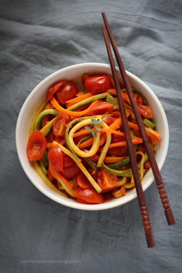 Spaghetti di carote e zucchine saltati con sugo di pomodorini freschi