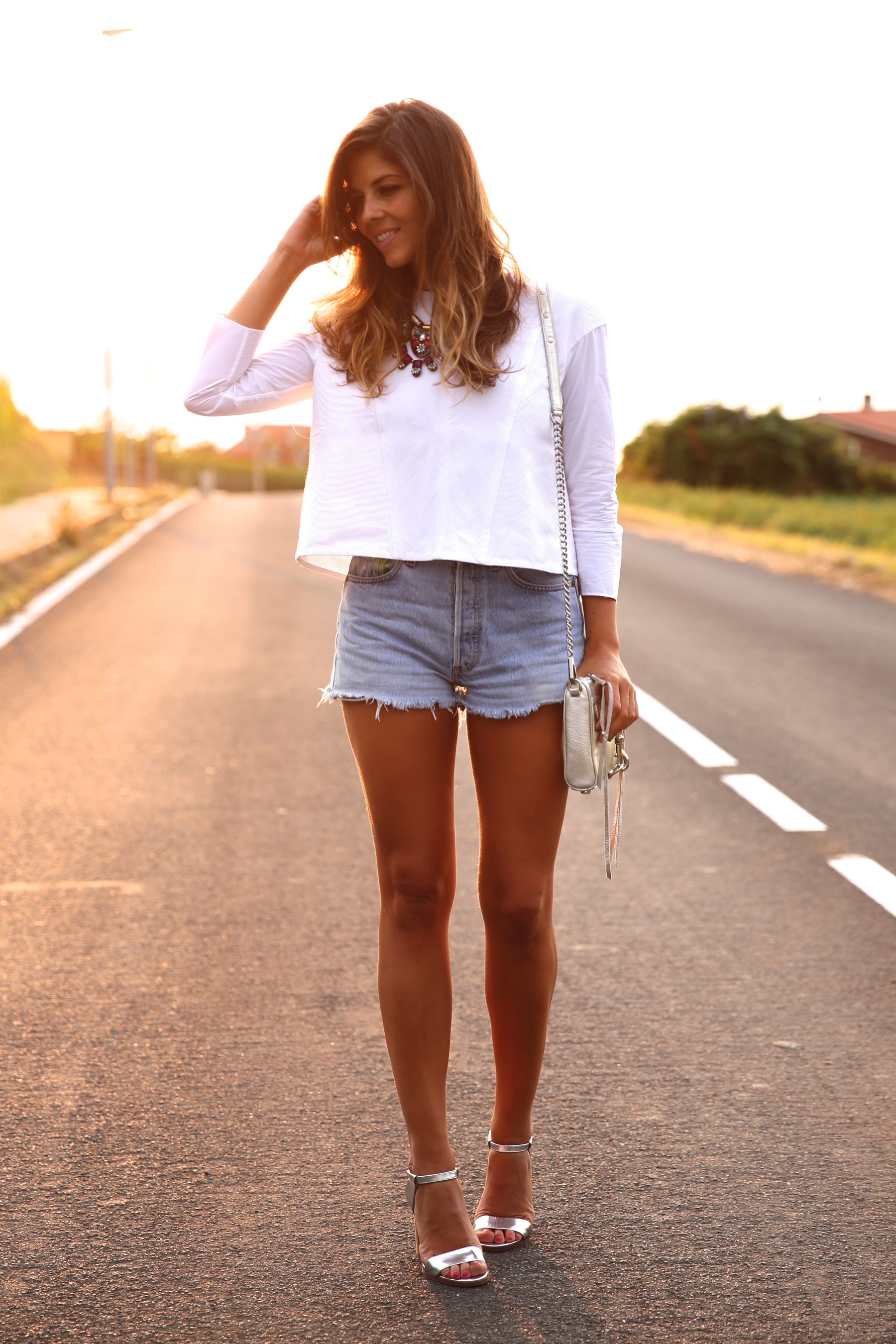 trendy_taste-look-outfit-street_style-ootd-blog-blogger-fashion_spain-moda_españa-coach-silver_sandals-sandalias_plata-white_top-top_blanco-levi's-denim_shorts-shorts_vaqueros-16