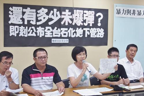 地球公民基金會副執行長王敏玲表示,中央與地方應向全民公開全台石化工業區的管線配置。攝影:李育琴。