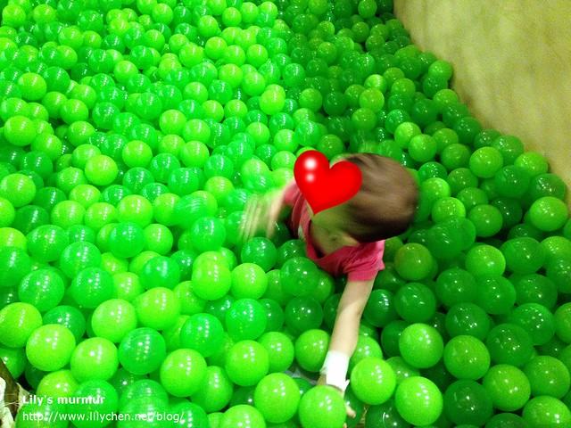 小妮第二次再去,球池已經換季,全數換成草綠色的新球了!