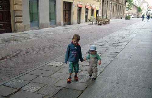 Vīri pastaigā pa Turīnu