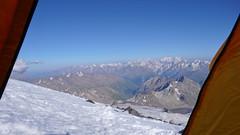 Widok z namiotu powyżej Skał Pastuchova na 4700m.