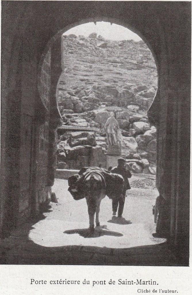 Estatua de un rey godo al fondo del Puente de San Martín a comienzos del siglo XX. Fotografía de Élie Lambert publicada en su libro Les Villes d´Art Célebres: Tolède (1925)