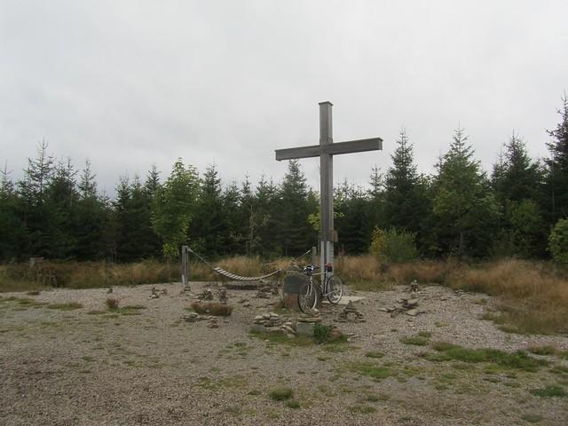 Auf dem höchsten Punkt von NRW. So gerade eben, denn die hessische Landesgrenze soll nur 10m entfernt vom Gipfel liegen.