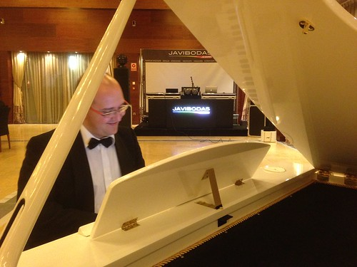 Sigfrido Cechini con su piano de cola - Musica para bodas
