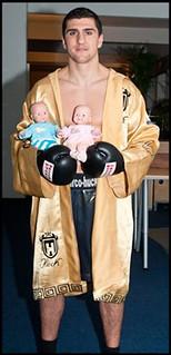 Marco Huck mit Baby-Puppen