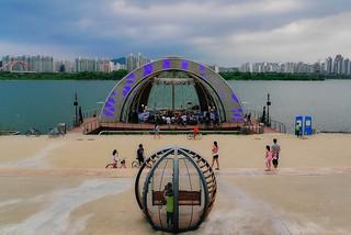 Bild av 여의도 물빛무대. korea seoul yeouidohangangpark 여의도물빛무대 yeouidofloatingstage