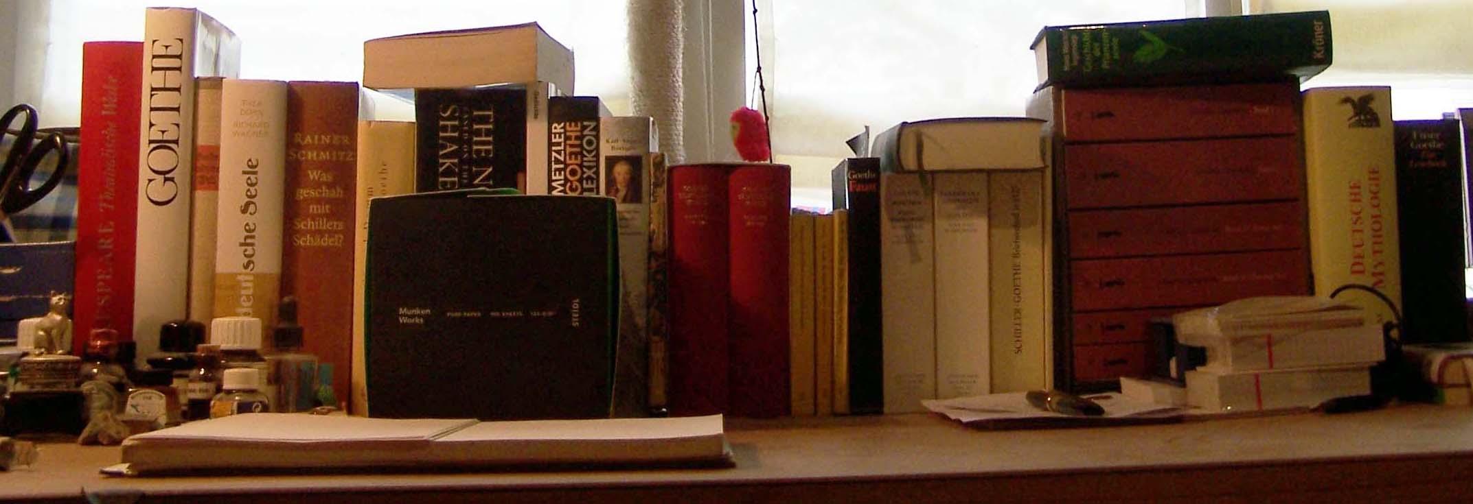 Schreibtisch mit Goethe und Munken Works