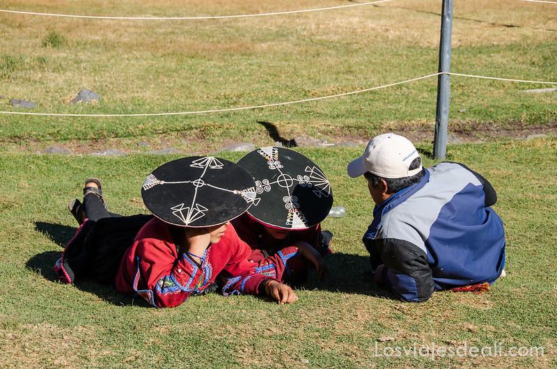 indígenas en la ruta Sillustani y Raqchi