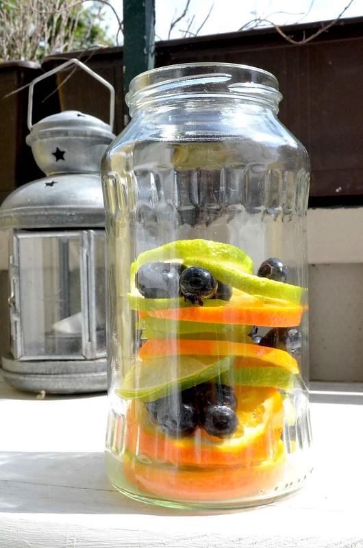 frutas en un tarro de cristal