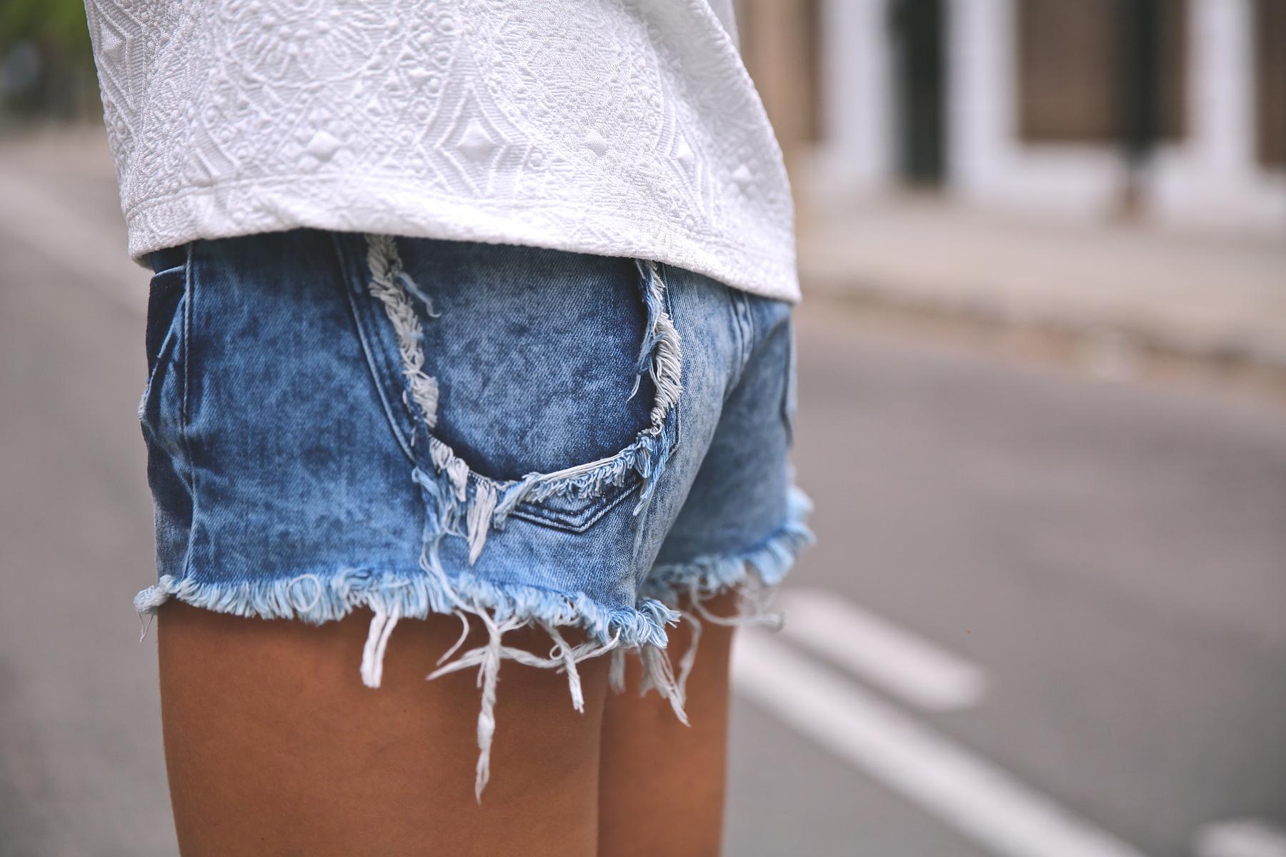 trendy_taste-look-outfit-street_style-ootd-blog-blogger-fashion_spain-moda_españa-denim_shorts-shorts_vaqueros-top_blanco-white_top-sandalias_cordones-ethnic_cluth-clutch_etnico-el_corte_ingles-2