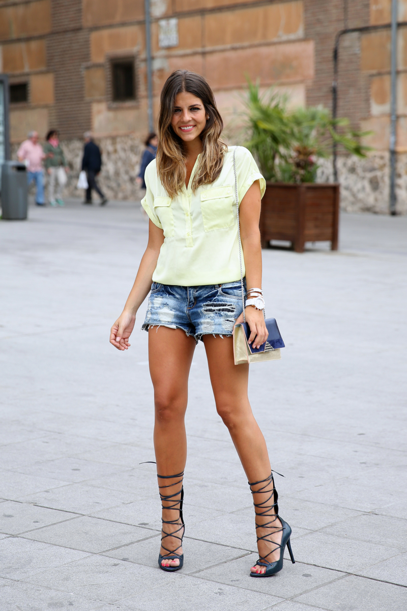 trendy_taste-look-outfit-street_style-ootd-blog-blogger-fashion_spain-moda_españa-yellow_blouse-camisa_amarilla-denim_shorts-shorts_vaqueros-sandalias_romanas-gladiators-mas34-folli_follie-15
