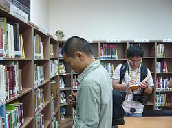 行程之一拜會新聞處,除受到副處長接待,中國環境媒體人對新聞處藏書亦深感興趣。圖中為雲南信息報的郭敏。