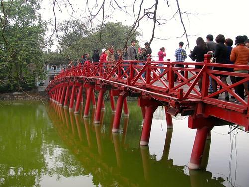Puente de acceso al templo de Ngoc Son