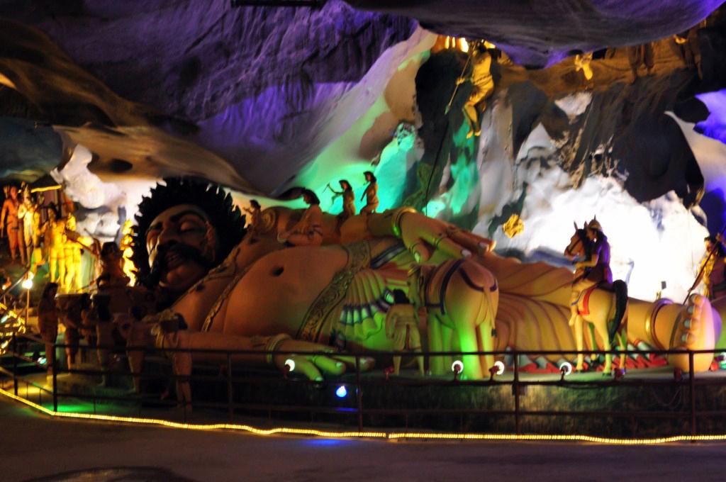 Interior de la cueva de Ramayana Cuevas Batu en Malasia, el templo hindú más grande fuera de la India - 14519686320 f8bddcb90f o - Cuevas Batu en Malasia, el templo hindú más grande fuera de la India