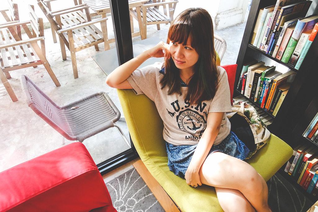 莫琳坐在L'Etoile咖啡馆的椅子上