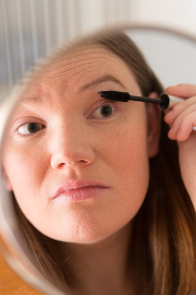 Applying Neutrogena Volume Mascara
