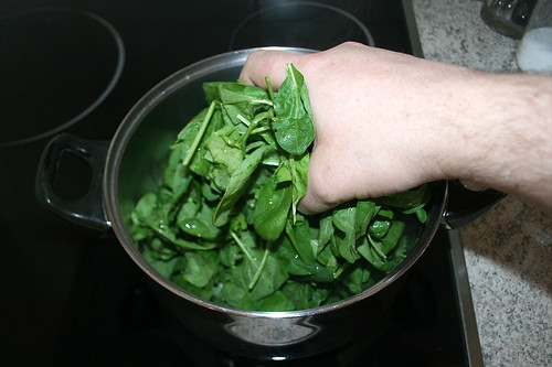 13 - Nassen Spinat in Topf geben / Add wet spinach to pot