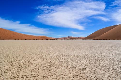 Plancher fissuré du Chott de Dead Vlei, Namibie