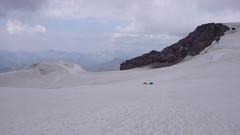 Namioty na plateau 4400m, pod szczytam Kazbek 5043m.