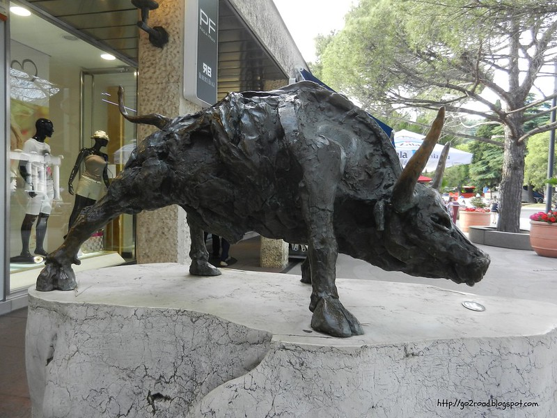 Скульптура бык