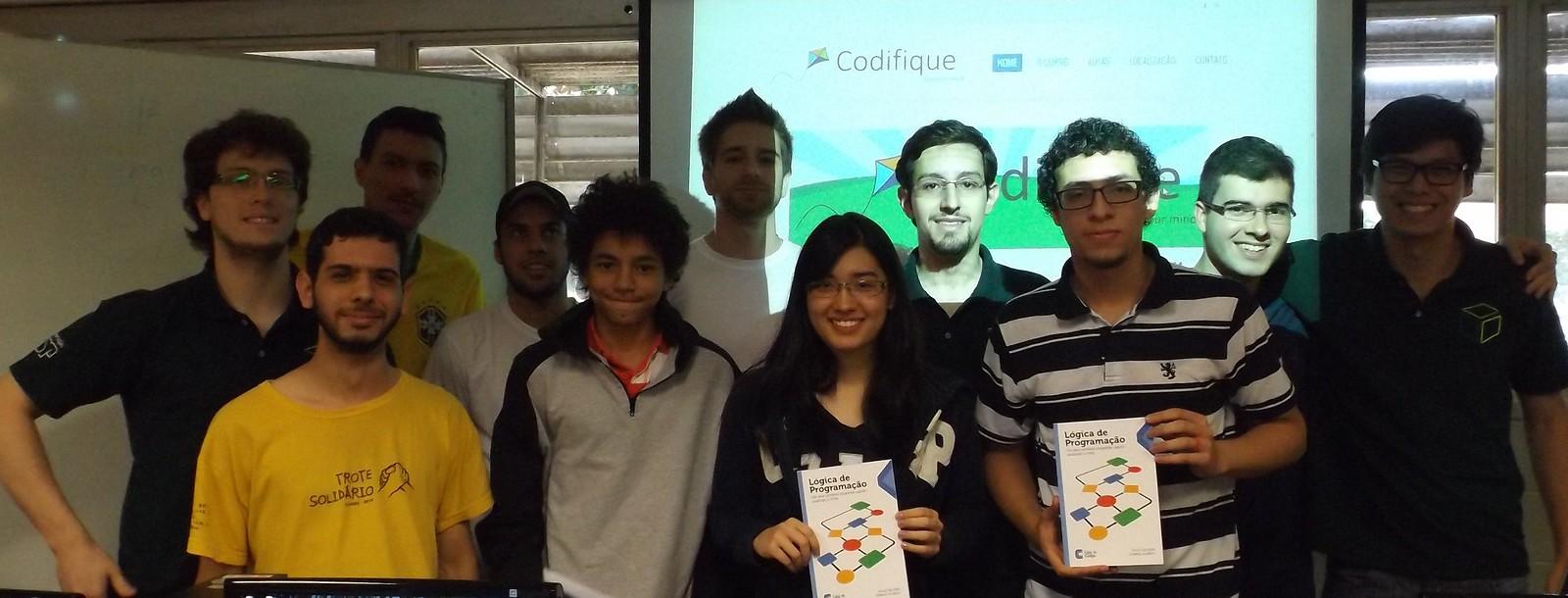 Heitor Borges, Camila Zancanella e Adriano de Paulo recebendo os livros.