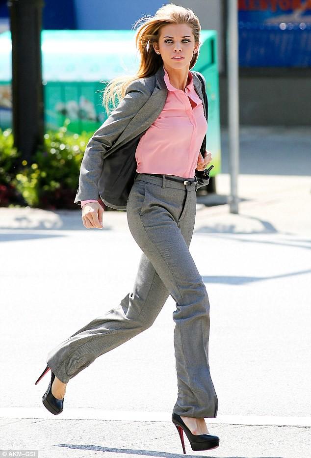 working wardrobe, grey tailored suit, Women suit, grey women suit, tailored business suit, grey business suit, Grey pantsuit, Grey tailored pantsuit, workwear, work wardrobe, pink button-up shirt, pink button-up blouse