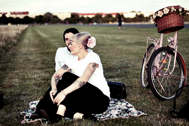 LOVE_BERLIN_COUPLE_FUN_TEMPELHOFER_FELD_PÄRCHEN_SPASS_TATTOOS_VINTAGE_FAHRRAD_BIKE_ROSA_FLOWERS_WHITE_HAIR_PIN_UP_50S_MAKEUP (19)