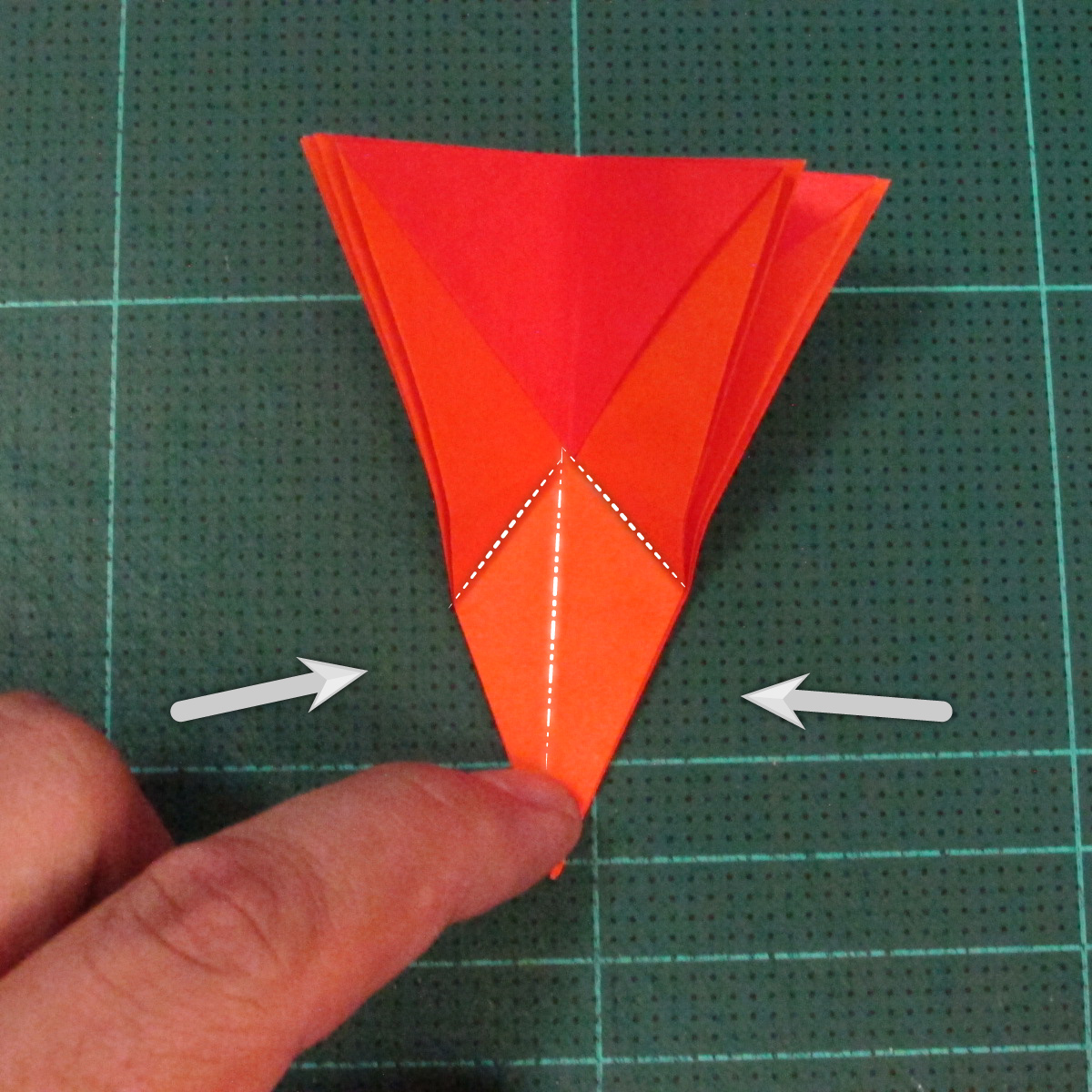 วิธีพับกระดาษเป็นช่อดอกไม้ติดอกเสื้อ (Origami Wedding Chest Flower) 016