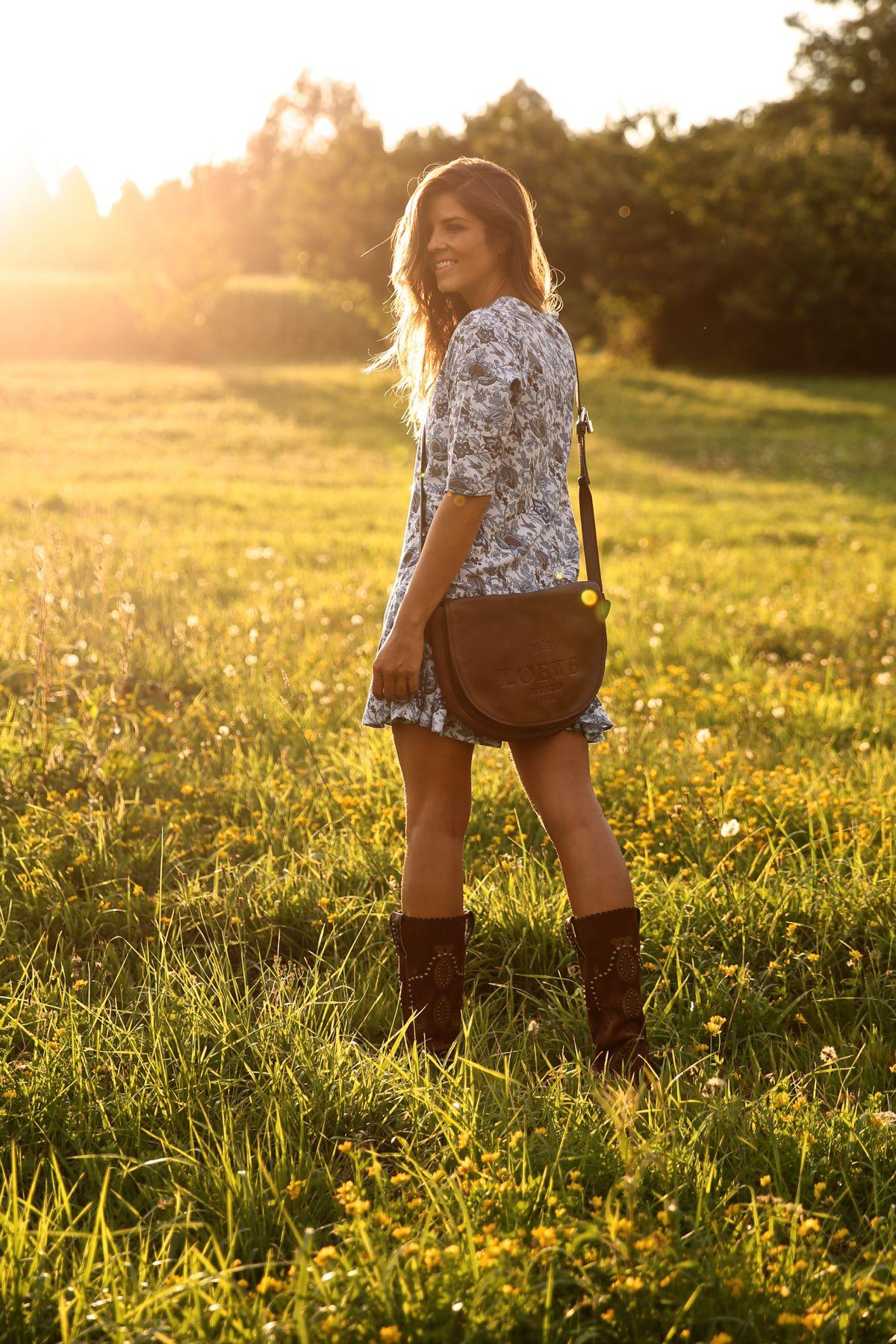 trendy_taste-look-outfit-street_style-ootd-blog-blogger-fashion_spain-moda_españa-cowboy-campero-sendra-cowboy_boots-botas_camperas-loewe-bag-bolso-vestido_flores-flower_print-dress-12
