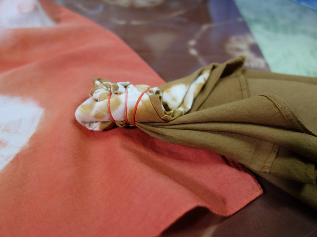 把成品綁回染色前的綁紮模樣,讓我們理解怎麼形塑花紋@鳳林鎮花手巾工坊