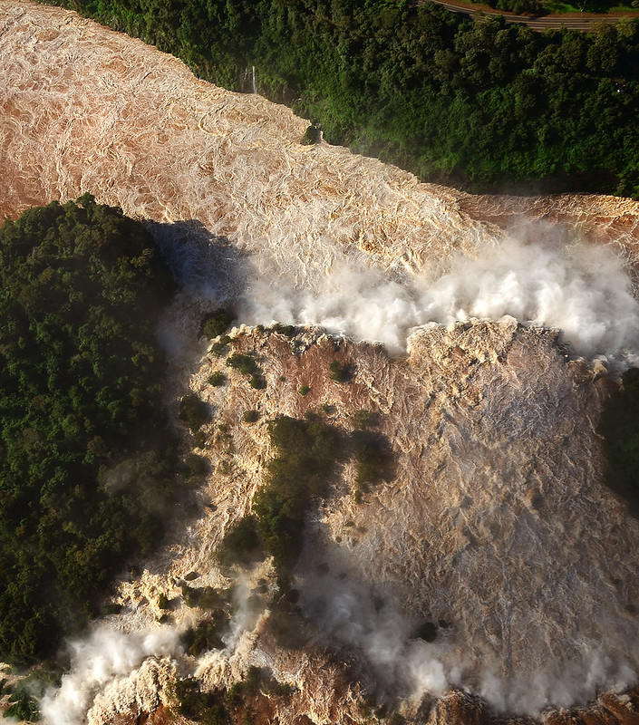 Impresionante persepectiva en vertical de la caída de sus gigantescas cataratas