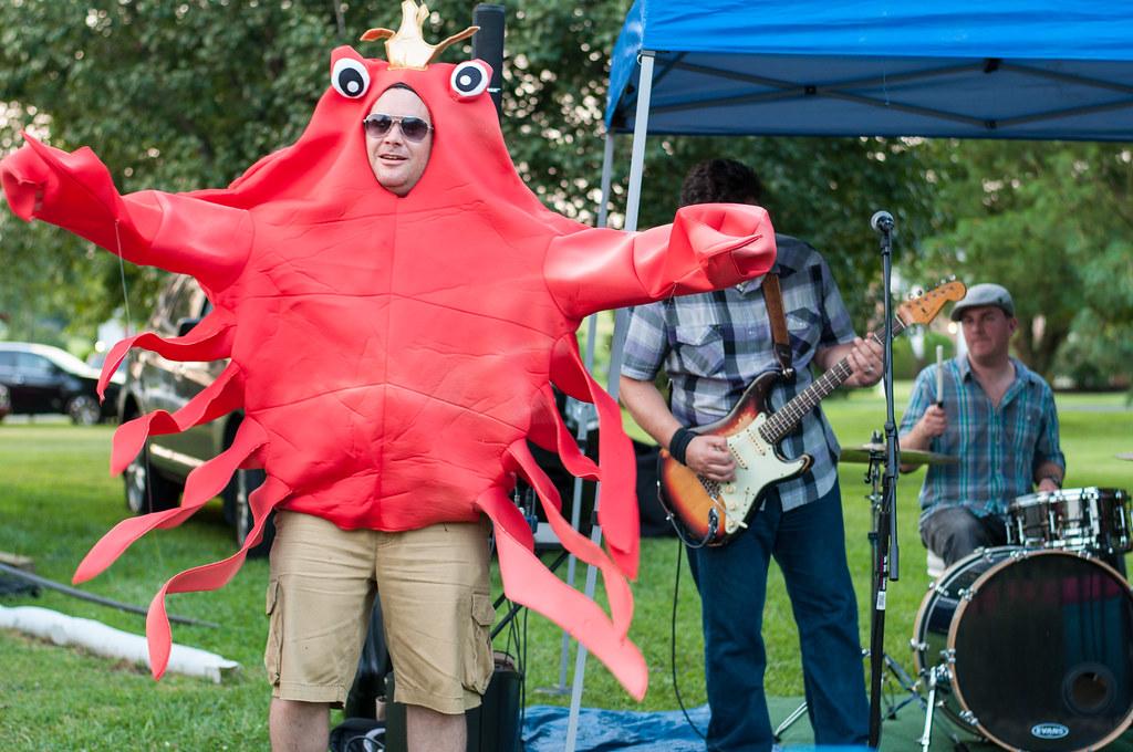 Crustacean backup dancer