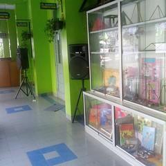 Lemari pajangan hasil prakarya siswa dan speaker yg terpasang permanen adlh 2 fasilitas lain yg tersedia di teras gedung SMAN 54 Jakarta.