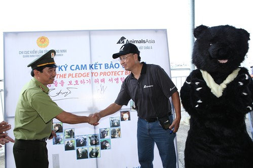Animals Asia and government officials show their mutual support