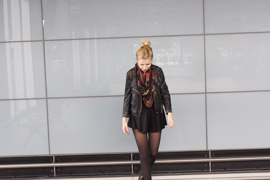 outfit-playsuit-black-scarf-red-london