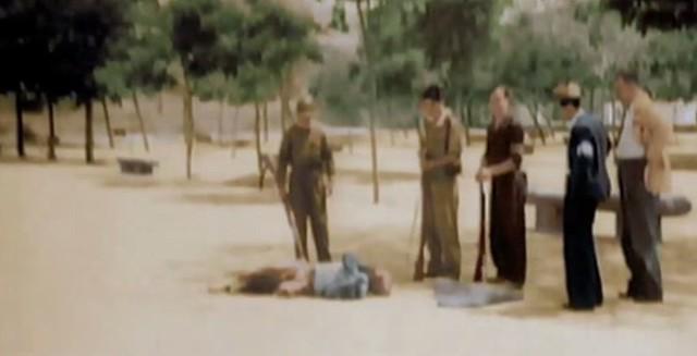 Fusilado por las milicias republicanas es observado por sus asesinos en el Paseo del Tránsito. Captura de un vídeo real a color de la Guerra Civil en Toledo en el verano de 1936