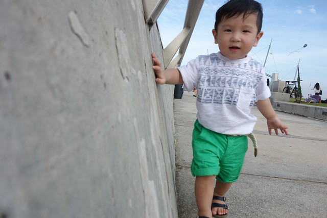 Jerome checking out Marina Barrage and the people flying kites!