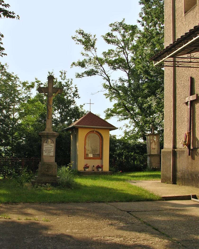 Kaplnky a kríž pri kostole