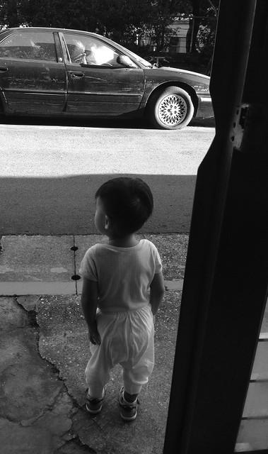 """通常我會推推車,怕他開了門衝出去,我叫他""""立正!""""他就會立正站好"""