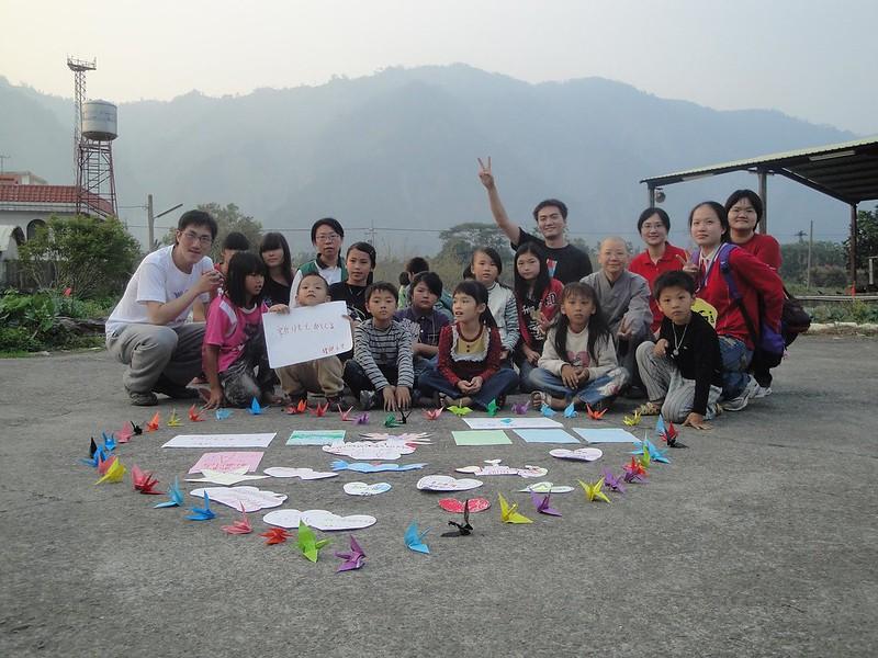 日本311海嘯時,帶領小林村的孩子送出祝福。圖片來源:黃憲宇