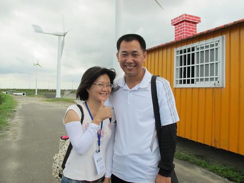 風車達人李泳宗與台大城鄉基金會工作人員黃皎怡,因推廣活動而認識成為親密夥伴