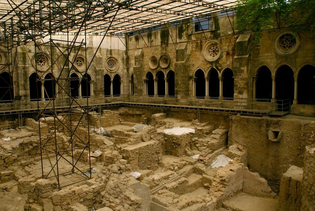 Cloître de la cathédrale Sé à Lisbonne pendant les fouilles archéologiques en cours.