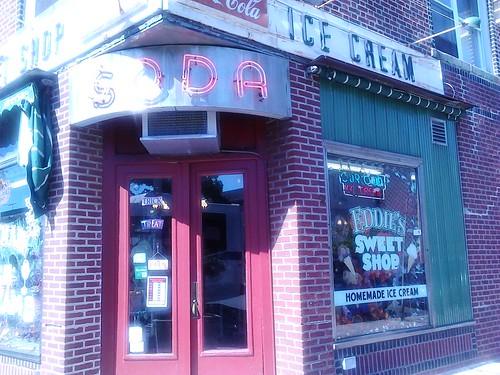 En gammel slik og isbutik, der stadig holder åbent på Metropolitan avenue i Forest Hills.