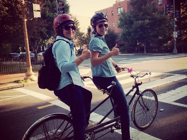 It's @NellePierson and her awesome mom on a tandem #bikedc