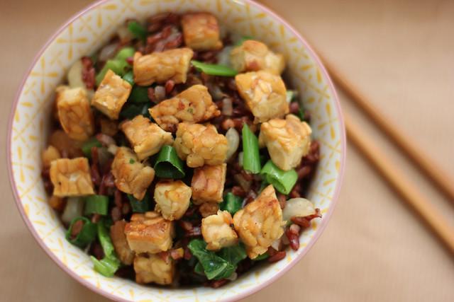 gebakken rijst (nasi) met paksoy, tempeh, gedroogde garnalen en rode rijst
