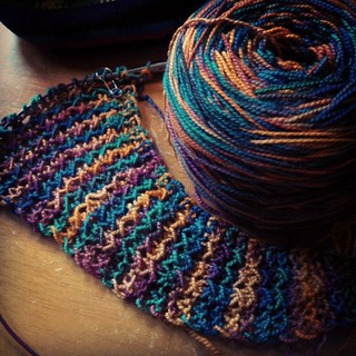 A few increasing repeats in on #Painted from #LoopyEwe #springgiftables club... #knitstagram #theyarnsofricharddevrieze #knitting #yarn #love #handknit