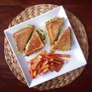 """knusper sandwich """"grilled cheese"""" mit guacamole, tortilla-chips und karotten-stäbchen"""