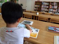 図書館で読書するとらちゃん3歳 2014/6/29