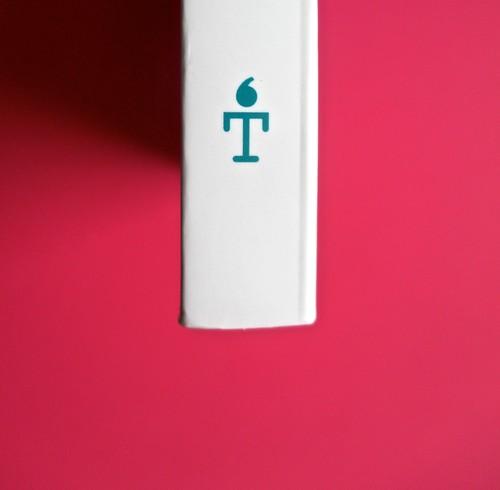 Romanzi, collana di Tunué edizioni. Progetto grafico di Tomomot; impaginazione di TunuéLab. Dorso, logo dell'editore [Barison,] (part.), 1